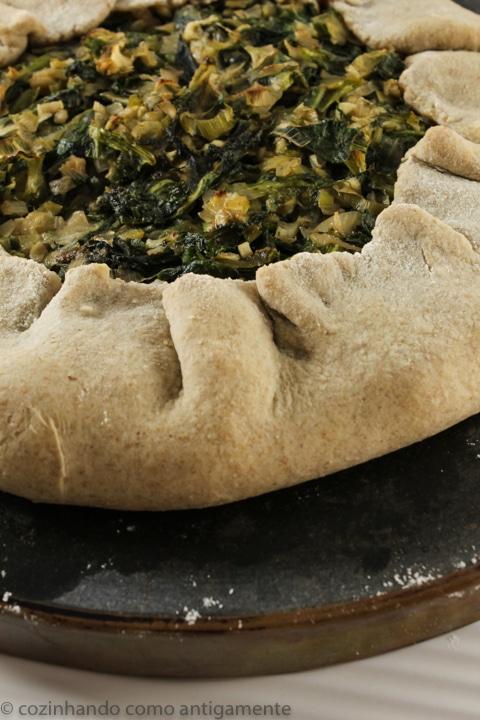Torta rústica integral com verdes