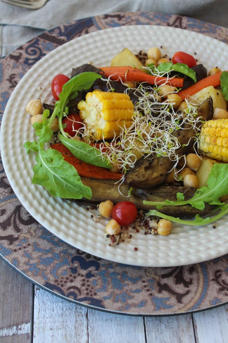Salada de berinjela assada com legumes e especiarias