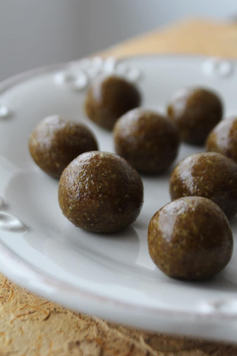 Bolinhas de tâmara com manteiga de semente de girassol