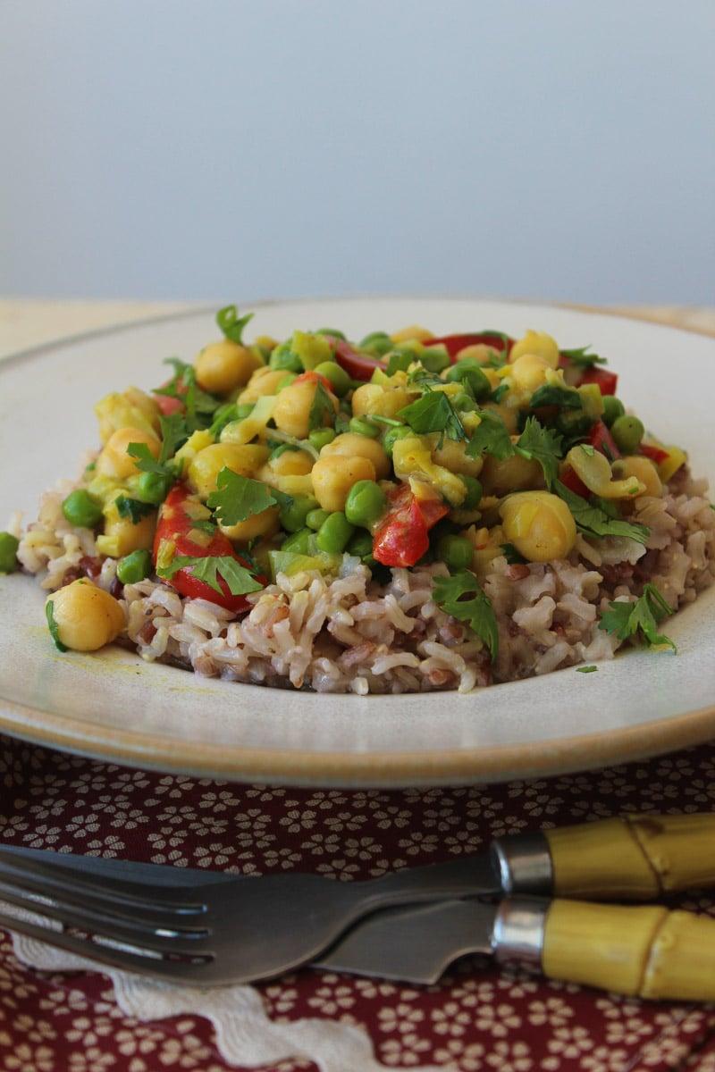 Curry de grão de bico e alho poró com arroz de coco