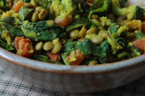 Dahl de lentilhas e folhas verdes