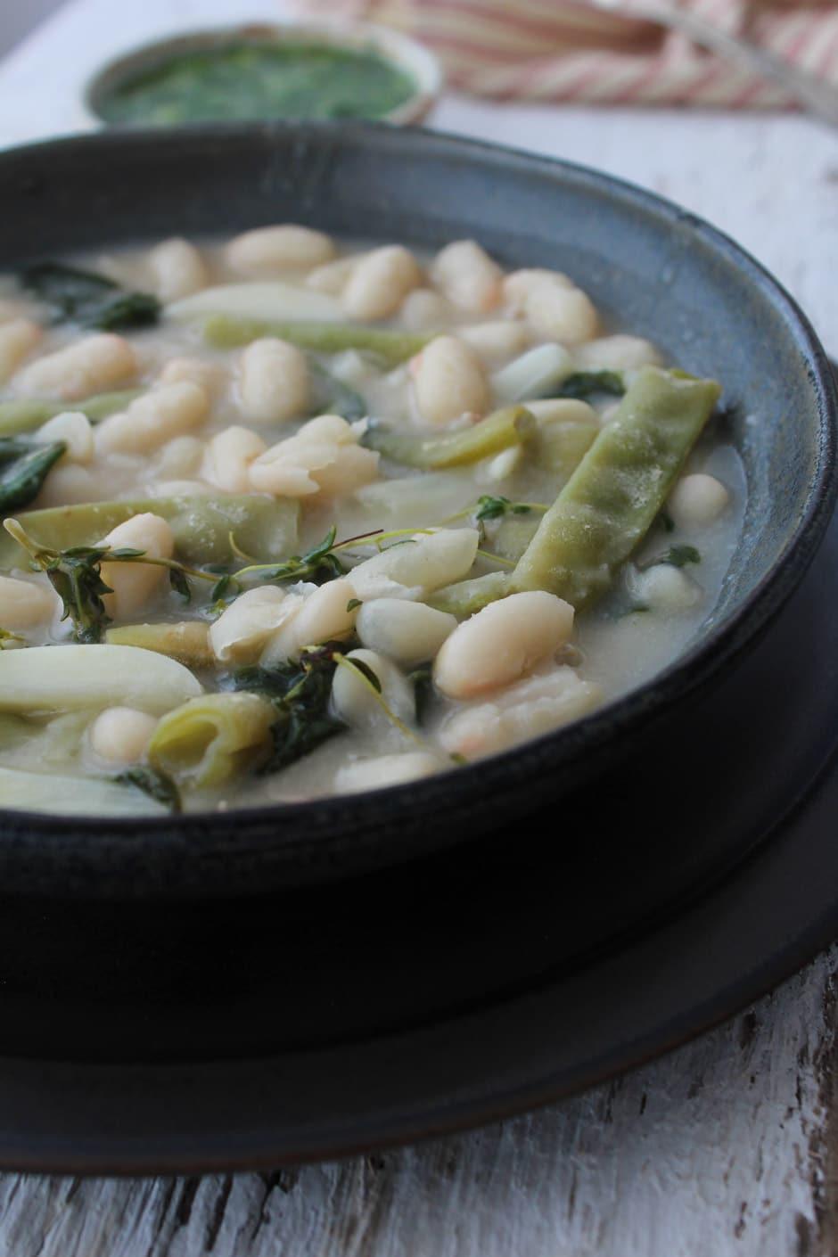 Ensopado de feijão branco e alho com gremolata