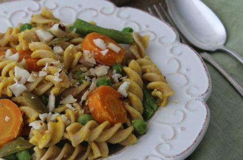 Salada de macarrão com cenoura e maionese vegana