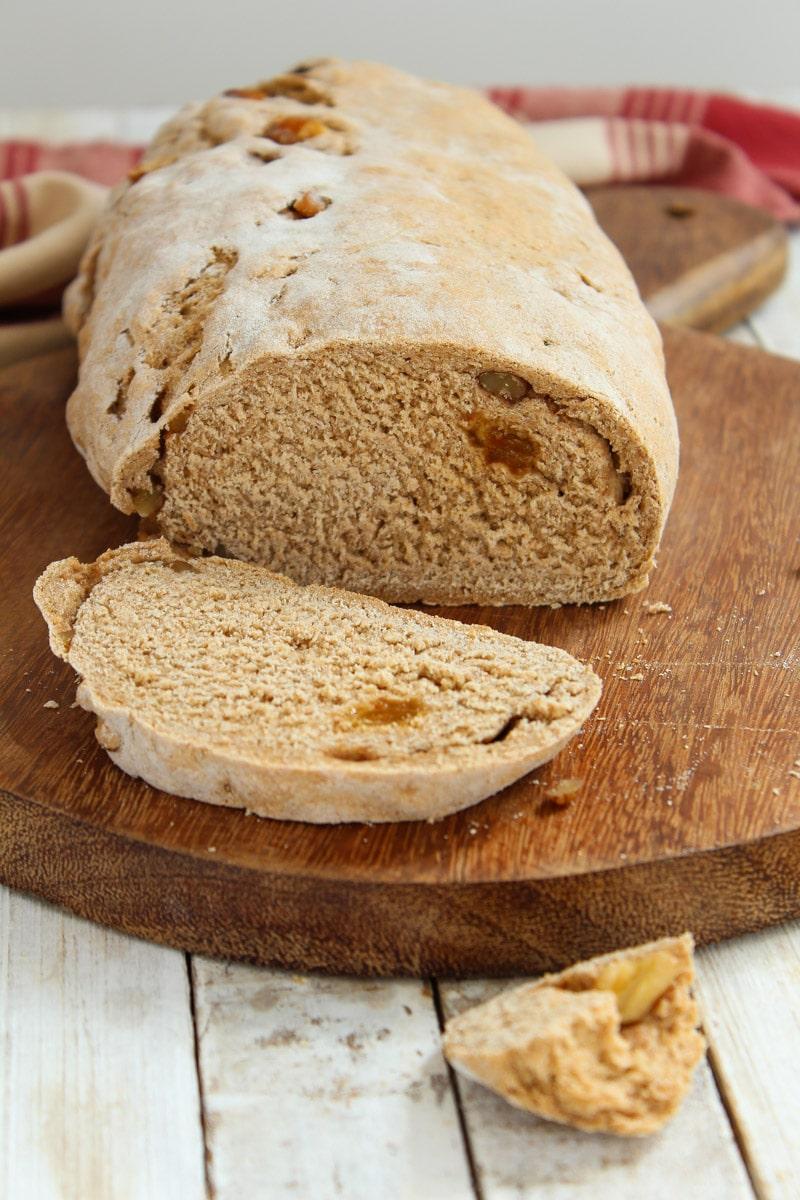 Pão de centeio com nozes e passas