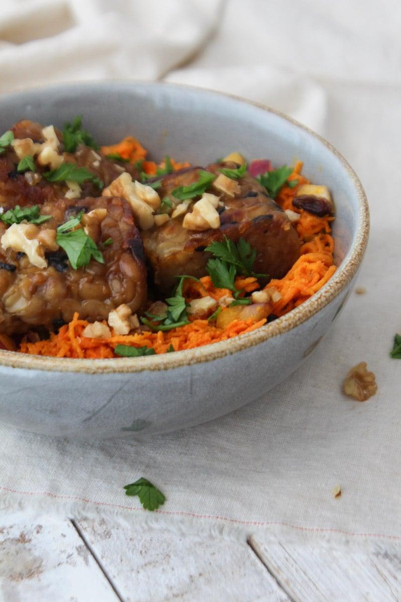 Salada de cenoura com curry e tempeh