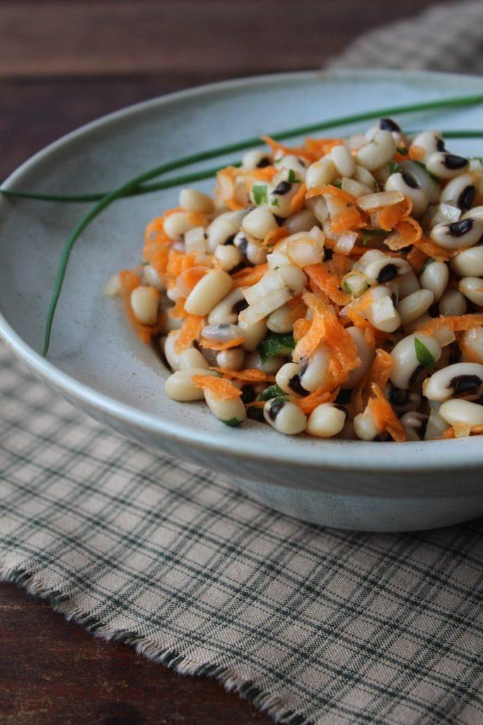 Salada de feijão fradinho e cenoura