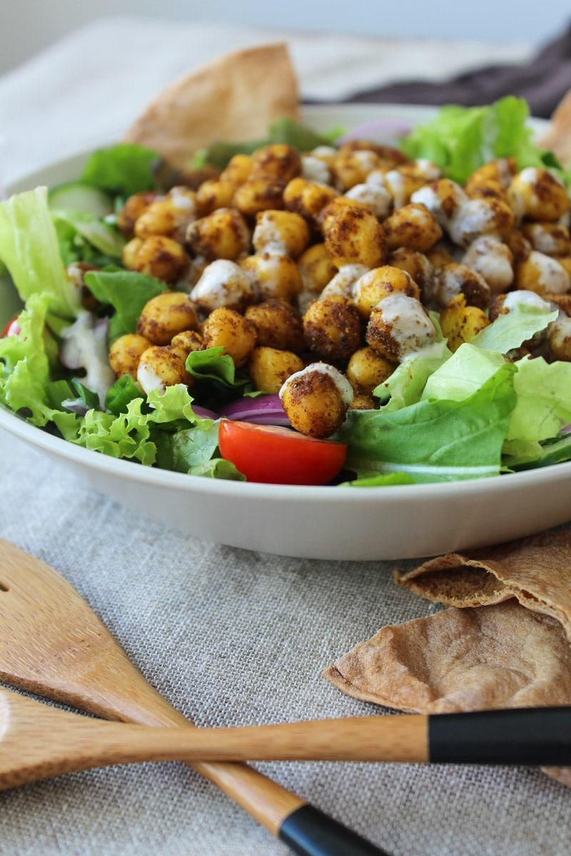 Salada com grão de bico assado