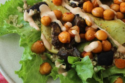 Salada de grão de bico, quinua e tahine - vegana