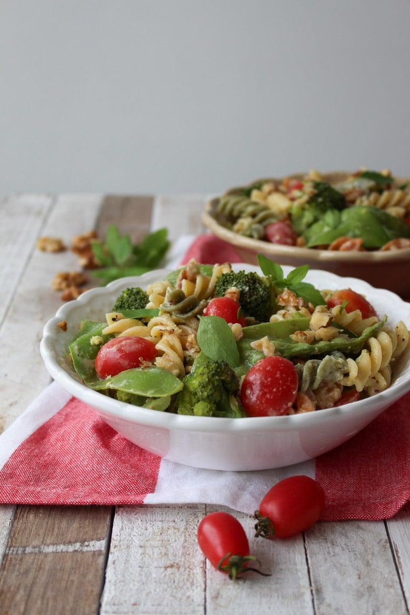 Salada de macarrão, brócolis e tahine