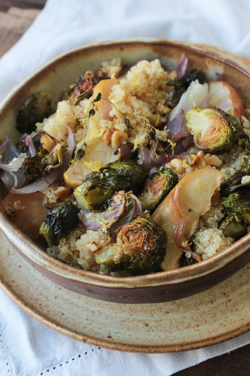 Salada de quinua, couve de bruxelas e maçã