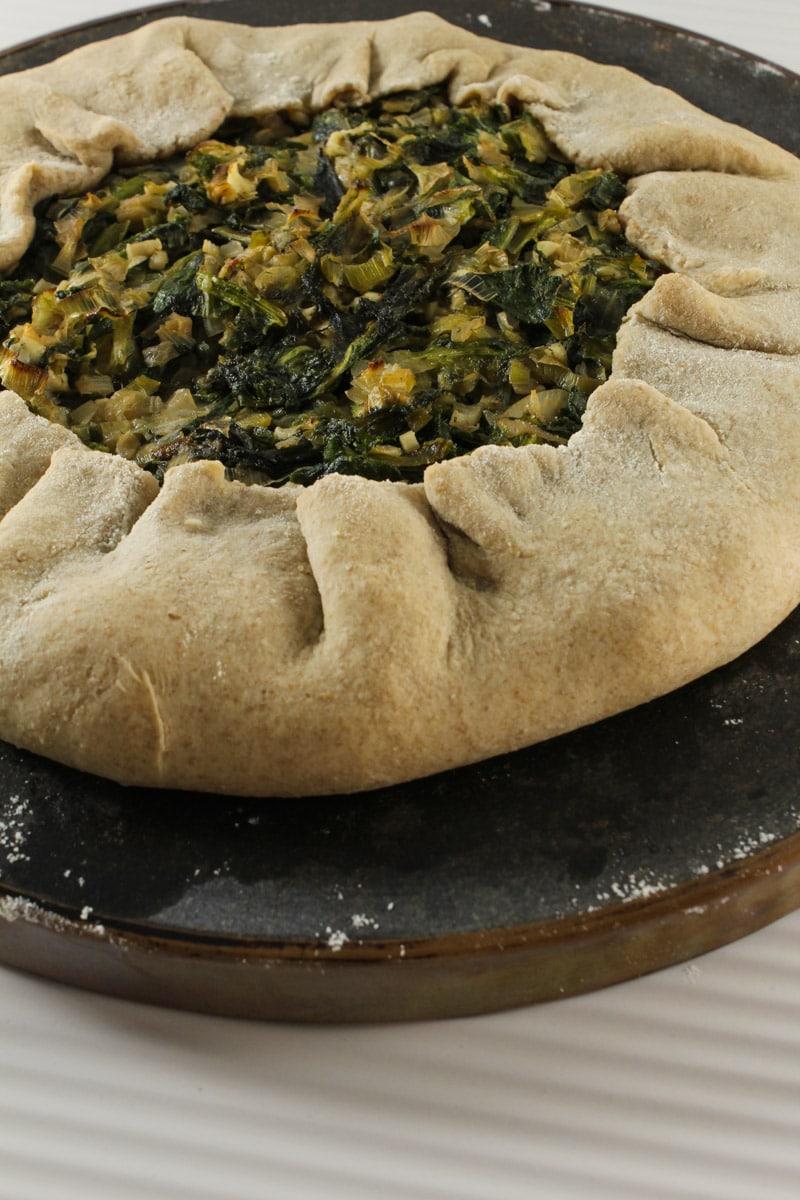 Torta rústica integral com folhas verdes